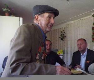 Джиоев Илья Падоевич, 1923 г. р. На фронт я отправился добровольцем в августе 1942 года. Нас вызвали в Цхинвальский городской комитет комсомола и сообщили, что на фронтах сложилось тяжелое положение, и начинается запись добровольцев. Я и мои товарищи решили записаться в Красную Армию добровольцами. Военный комиссар довез нас до города Агара (Грузия), а оттуда мы на поезде добрались до Сухума (Абхазия). Нас там встретили, отвели в столовую, чтобы накормить, и вдруг началась бомбежка. Была объявлена тревога, все убежали в лес прятаться. Когда авианалет закончился, мы снова вернулись в город. Моего друга Александра Цховребова тяжело ранило во время бомбежки, он попал в госпиталь и его больше не отпустили на фронт. А нас отправили в Ростов-на-Дону, и оттуда с боями дошли до Одессы. Здесь я был ранен. Из госпиталя по моей просьбе меня снова отправили на фронт. На сей раз — в Николаевскую область. На фронте я сражался вместе с 4 гвардейским кавалерийским корпусом. Мы не знали слово «страх». В бой шли с криками: «Вперед! За Родину! За Сталина!». С боями мы прошли Украину, Румынию, дошли до Венгрии. В Будапеште был большой мост, который до сих пор там стоит. Фашисты его сильно укрепили, чтобы мы не смогли взять его штурмом. Следом за нами шли основные силы Советской Армии, и нам было приказано не обстреливать его из артиллерийских орудий, чтобы он не разрушился. Поэтому мы его взяли в результате тяжелого боя. Уже после войны я узнал, что это первый мост в Венгрии, построенный по прогрессивной технологии, и в момент своего строительства он был самым длинным в Венгрии. Нам запрещали стрелять из артиллерийских орудий по школам, больницам, даже если из них велся огонь немецких солдат. Было указание по возможности не разрушать здания и сооружения, не вести огонь по убегающим солдатам противника. Когда была подписана капитуляция гитлеровской Германии, я был в Будапеште. После окончания войны я еще 5 лет прослужил в Будапеште, затем вернулся на Родину. С войны из моих товарищей ни